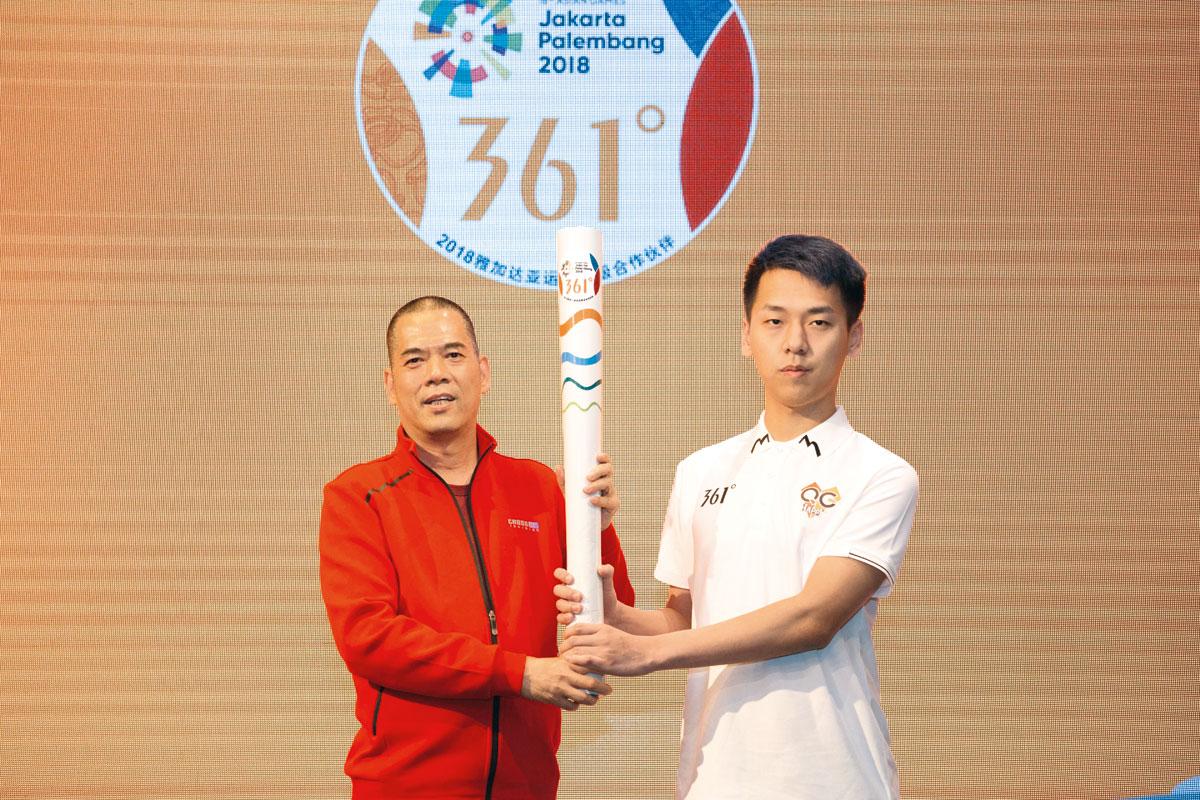 361°執行董事兼總裁丁伍號(左)交接火炬模型予電競代表孫翔。
