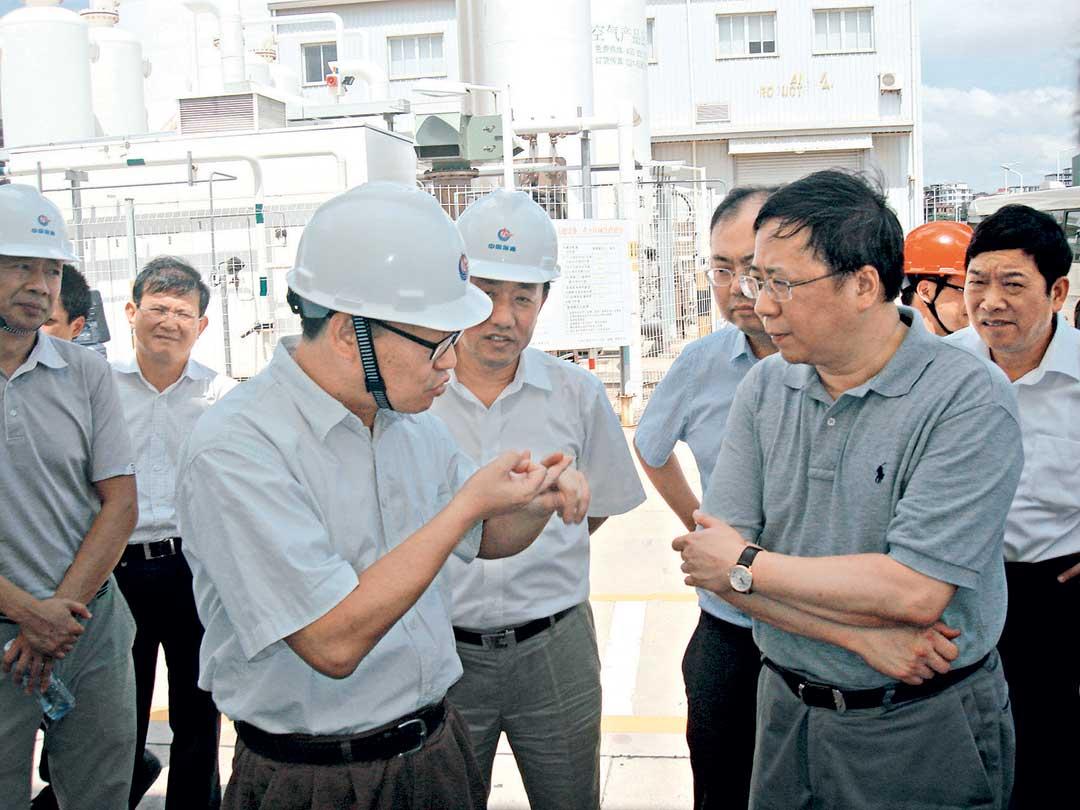 前排右一:中海油總公司董事長楊華。