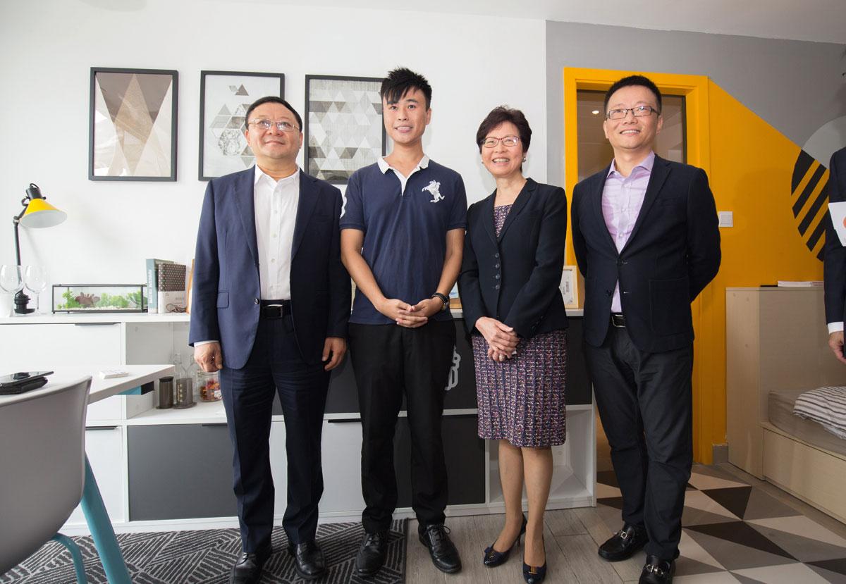 初創郭瑋強( 左二) 接待特首林鄭月娥、深圳 市書記等參觀辦公室。