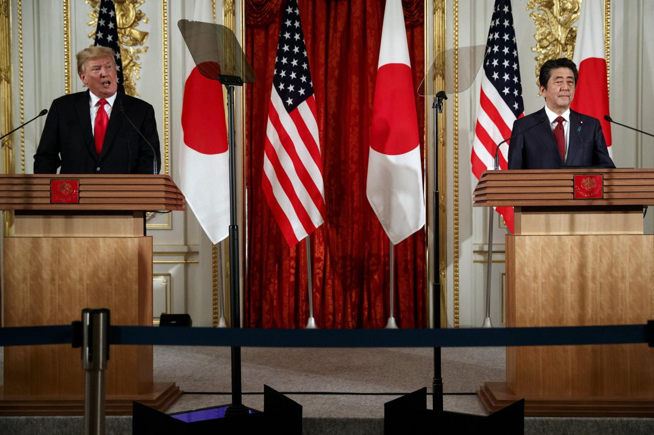 特朗普(左)出訪日本,趁機拉攏對方封殺中國。