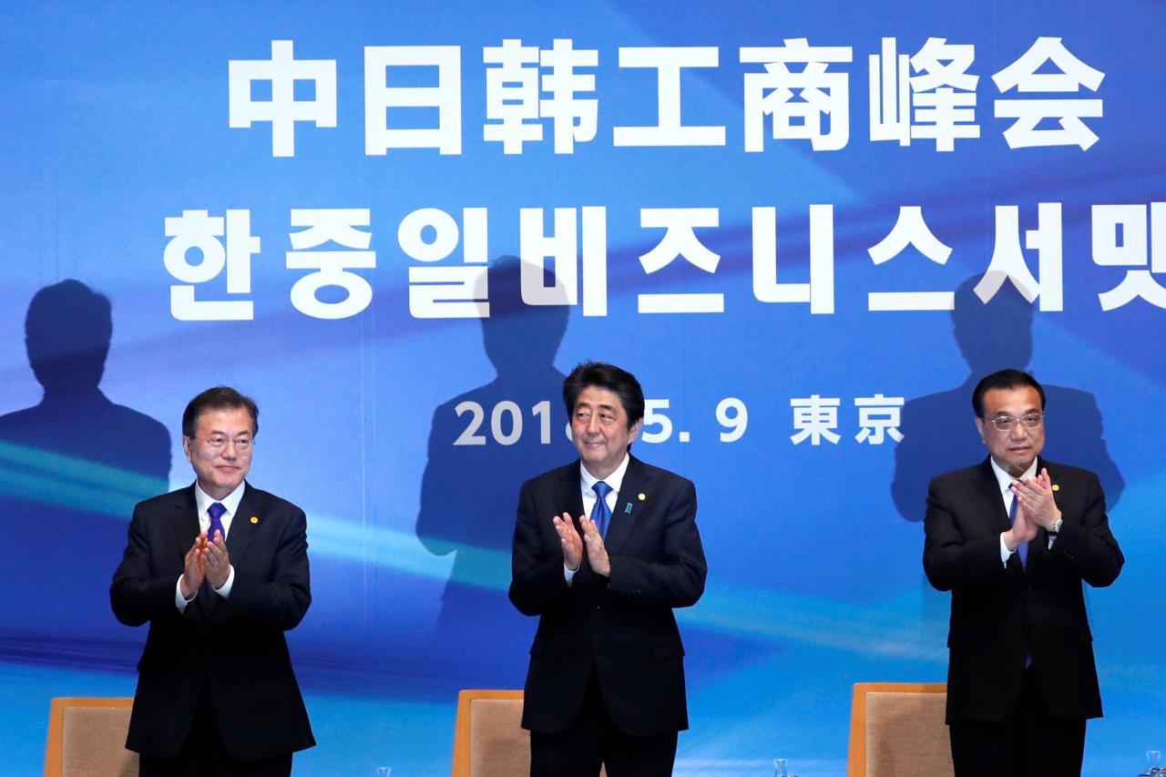 中日韓自貿區談判可能會遇上阻滯。(右起:李克強、安倍晉三、文在寅)