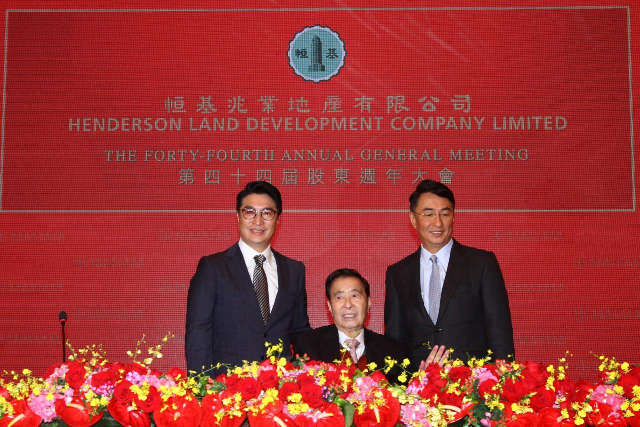 李兆基(中)退休後,將由兩名兒子李家傑(右)及李家誠擔任恒基地產的聯席主席兼總經理。