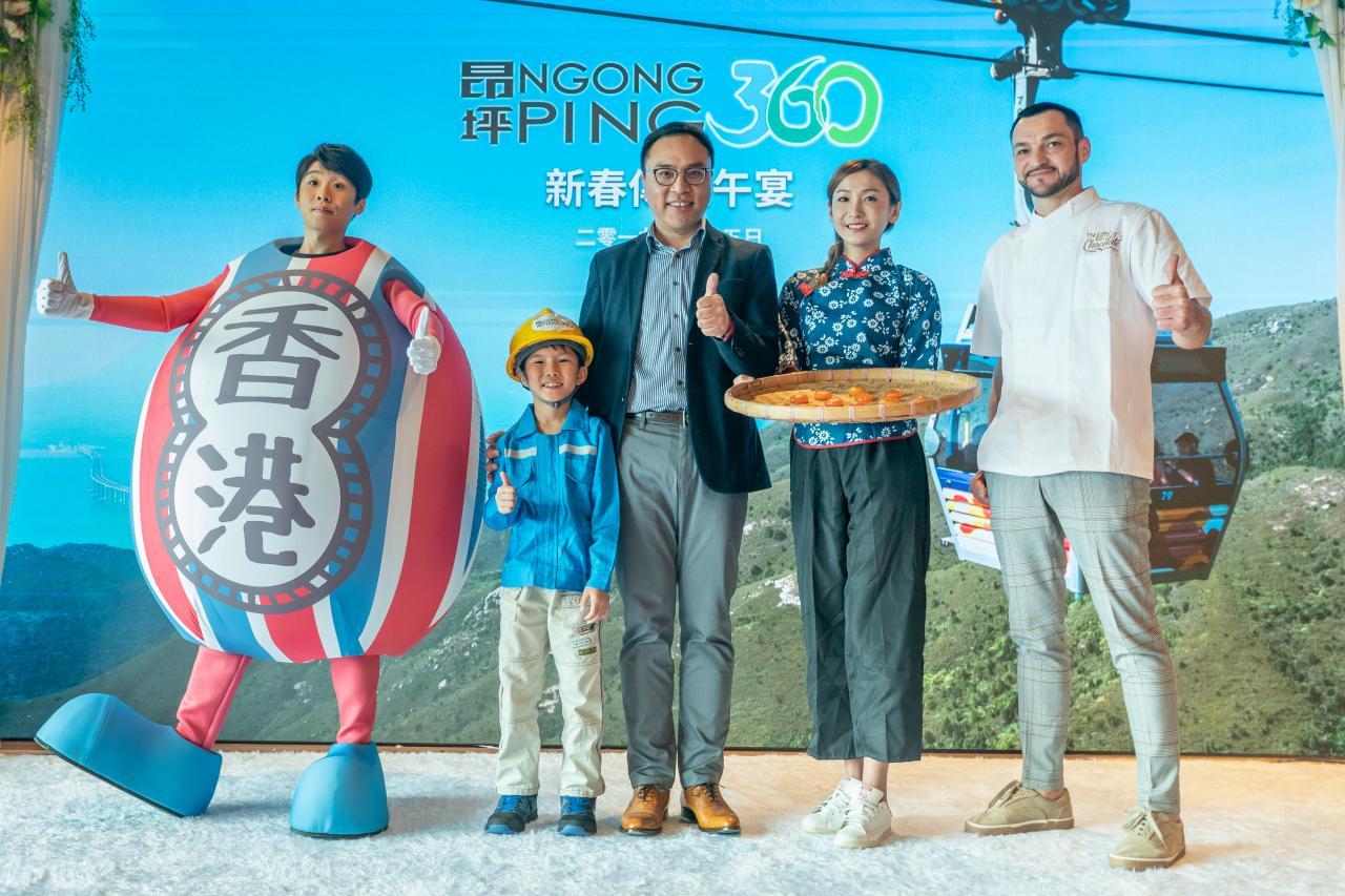 昂坪360署理董事總經理劉偉明(左三)出席昨天舉行的記者會。