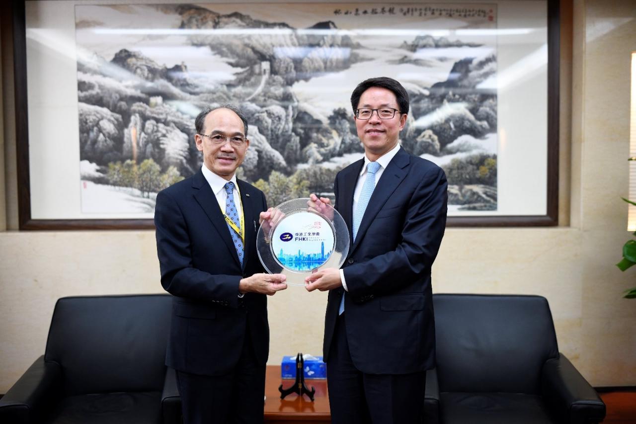 香港工業總會主席郭振華(左)與國務院港澳辦主任張曉明會面。
