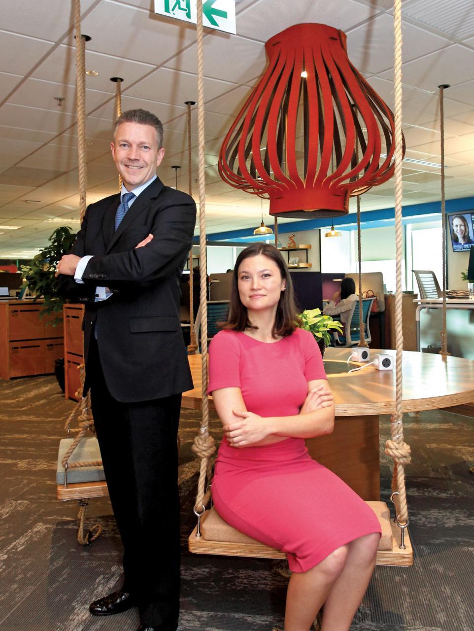 高力國際香港董事總經理施禮賢(左)及國際WELL建築研究院業務發展總監Samantha(右)分享其健康職場的心得,圖中的韆鞦座椅就是施禮賢最滿意的地方。 P07:高力國際香港的辦公室採用ABW,員工可以自由選擇不同高度及款式的辦公桌椅。