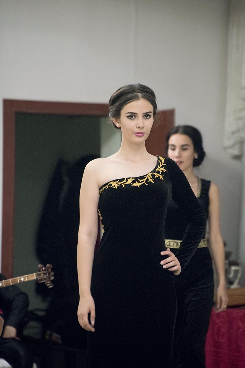 漂亮的姑娘穿上新設計的烏茲別克時裝,喜歡的還可以買走。