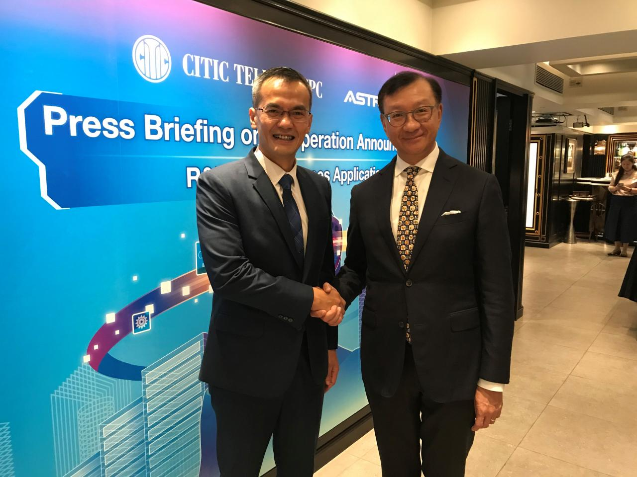 中信國際電訊CPC行政總裁何偉中(右)與應科院行政總裁周憲本