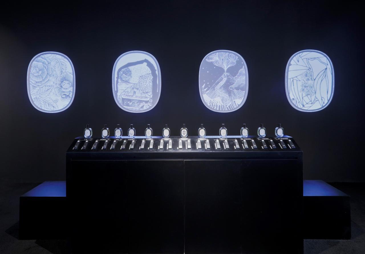 是次diptyque的展覽主題為「香氛創作是一門藝術,而藝術本身是一場旅程」,展覽館內的兩側將透過光影播放創辦人畫筆下的香水故事。