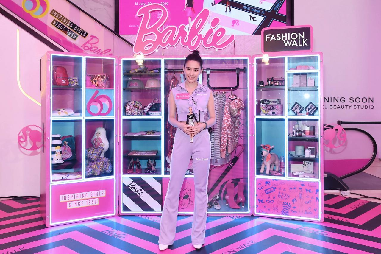 位於Fashion Walk的2.5米Barbie衣櫃:較早前,商場邀得何超蓮出席開幕活動,於衣櫃前合影留念。