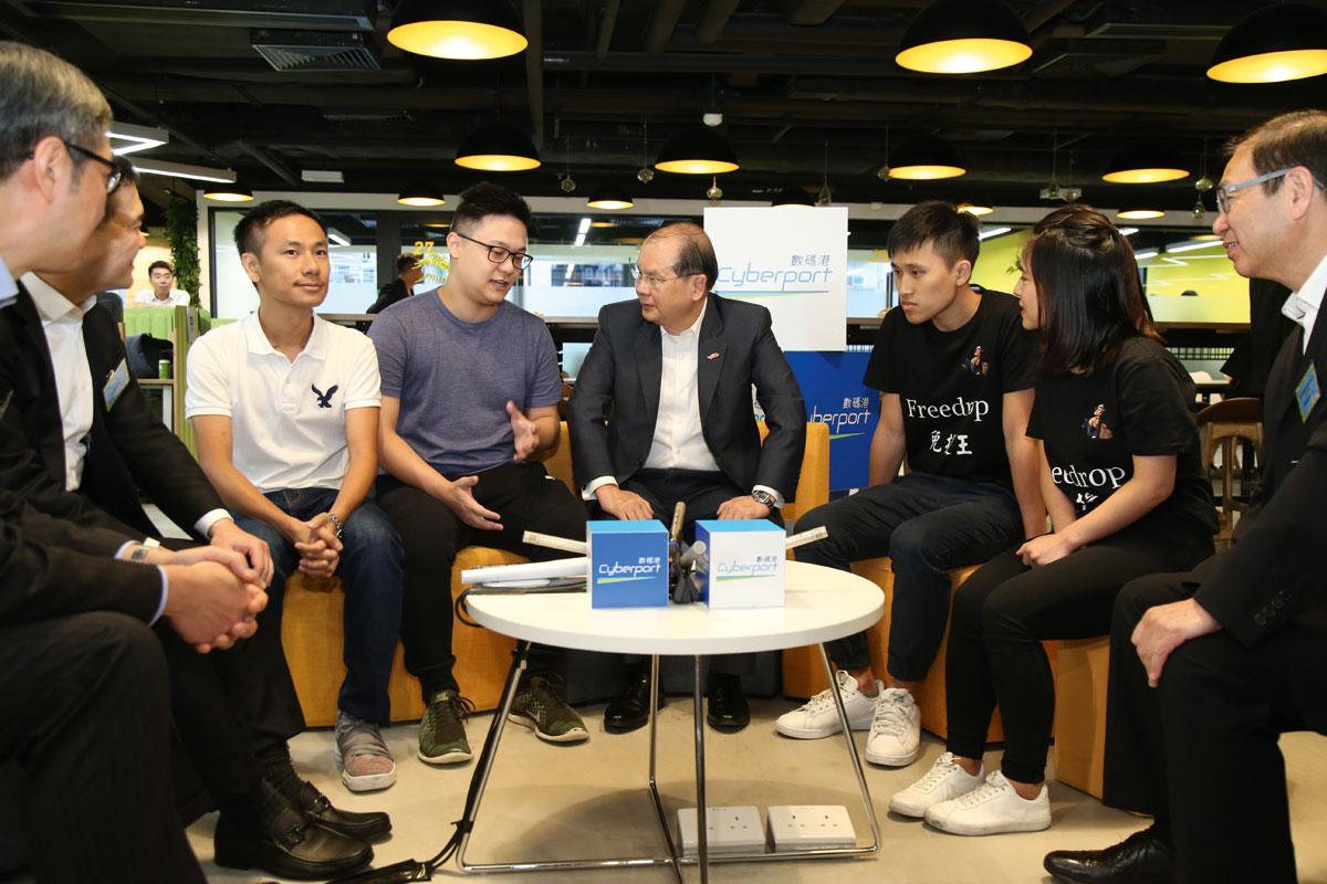張建宗與一眾主禮嘉賓及年青創業家對談。