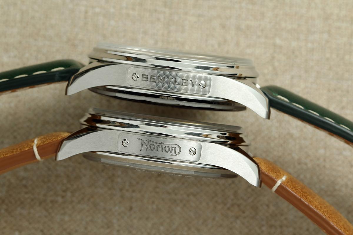 兩款聯乘腕錶的錶殼左側分別鐫刻 Bentley 與 Norton 的標誌,其中賓利版本的銘牌飾以特別打磨效果,呼應當年賓利經典 Blower 賽車的儀錶板。