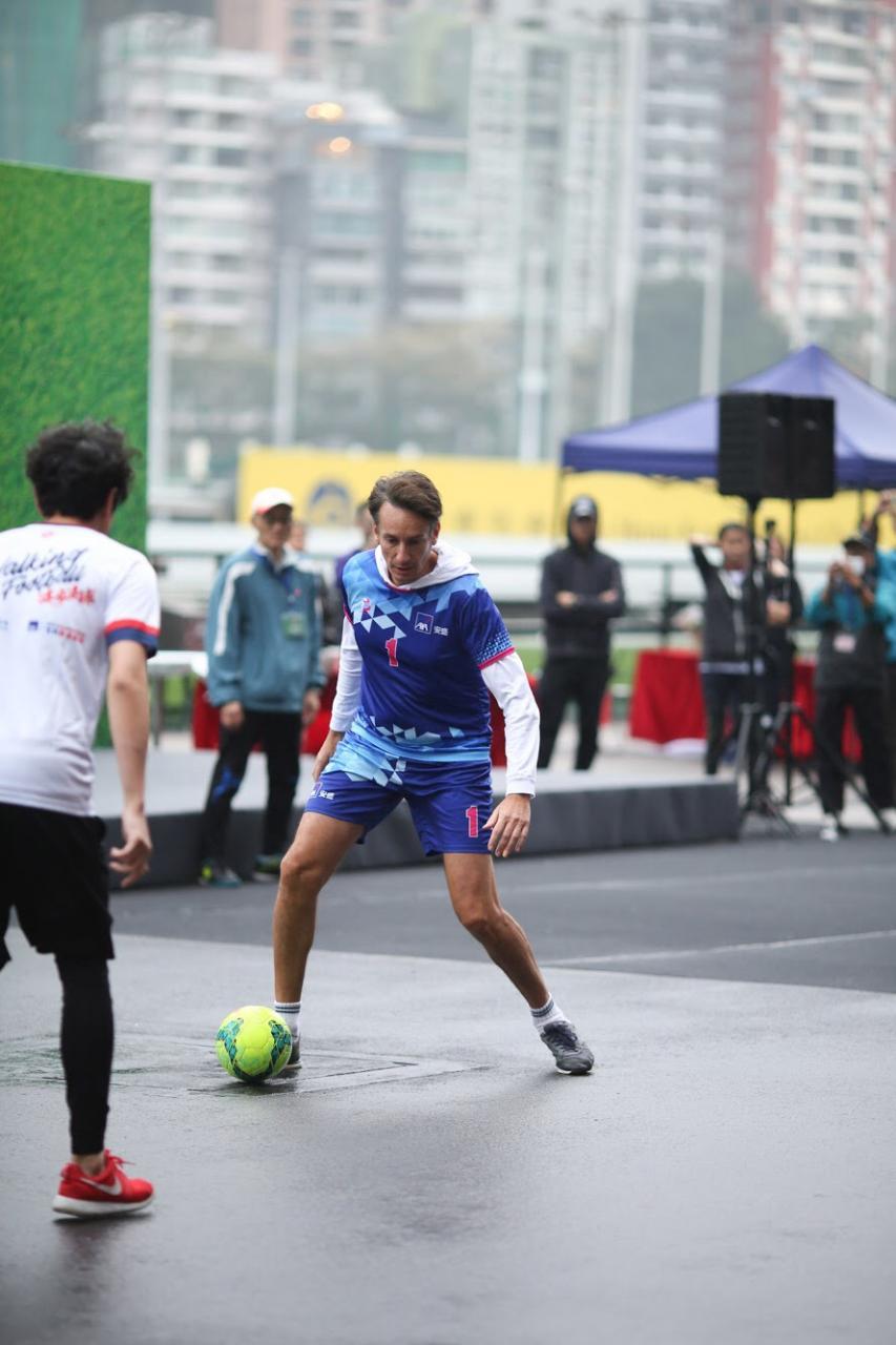 AXA安盛行政總裁白禮恒亦有落場參與,親身體驗健步足球的樂趣。