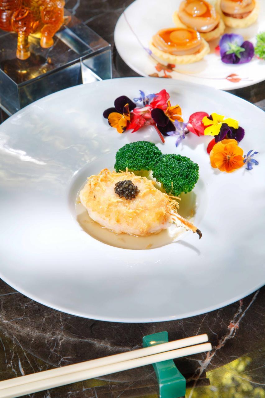 黑魚子煎釀鮮蟹拑:大廚將蝦膠釀入蟹拑,然後煎香,口感彈牙的蝦膠與鮮甜的花蟹肉非常匹配,最後加上法國魚子醬,有畫龍點睛之效。