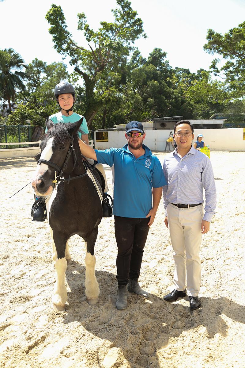 (左起)學員林樂兒、教練Andrew及香港傷健策騎協會主席楊存洲。