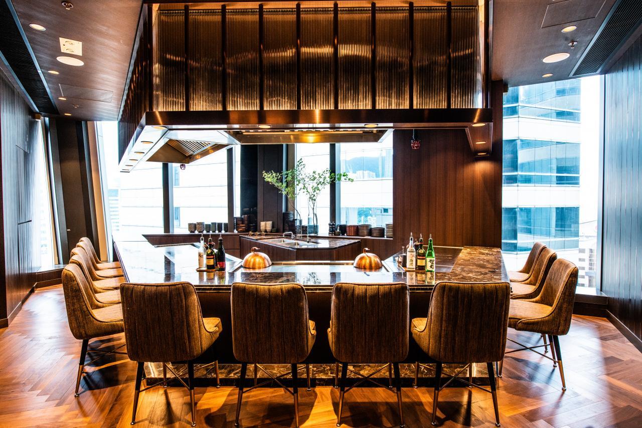 用餐區設有一張可容納12人的梯形長枱,緊連著兩塊鐵板燒爐。設計師以大理石餐桌配襯柚木地板,再配合柔和燈光,營造出高雅舒適的氣氛。