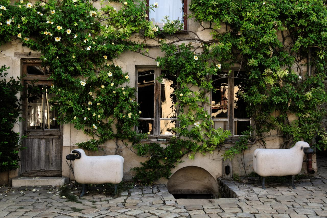 蘇富比將於巴黎舉行為期兩天的拍賣會,呈獻克蘿德·萊蘭及弗朗索瓦·沙維爾·萊蘭逾 280件藝術品珍藏;萊蘭夫婦創造了許多充滿詩意的作品,為熟悉的日常用品注入夢幻魔力。