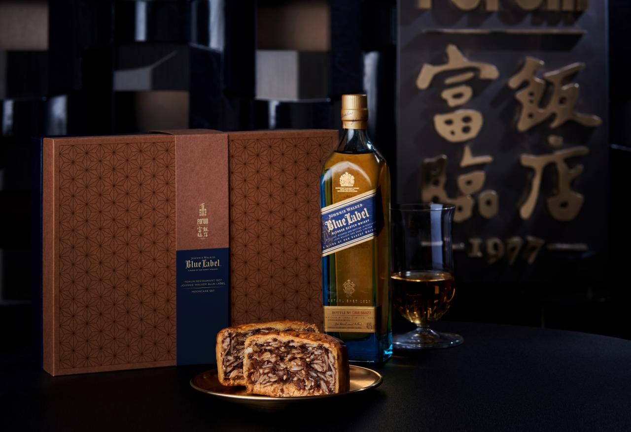 Johnnie Walker今年首次與連續四年榮獲米芝蓮二星食府的富臨飯店攜手合作,呈獻限量中秋禮盒於即日起於富臨飯店以禮劵形式限量發售,並於8月20日起開始換領。圖為其中一款禮盒裝(限量中秋禮盒(HK$988):西班牙火腿月餅(兩個裝)、Johnnie Walker Blue Label Whisky 200ml)