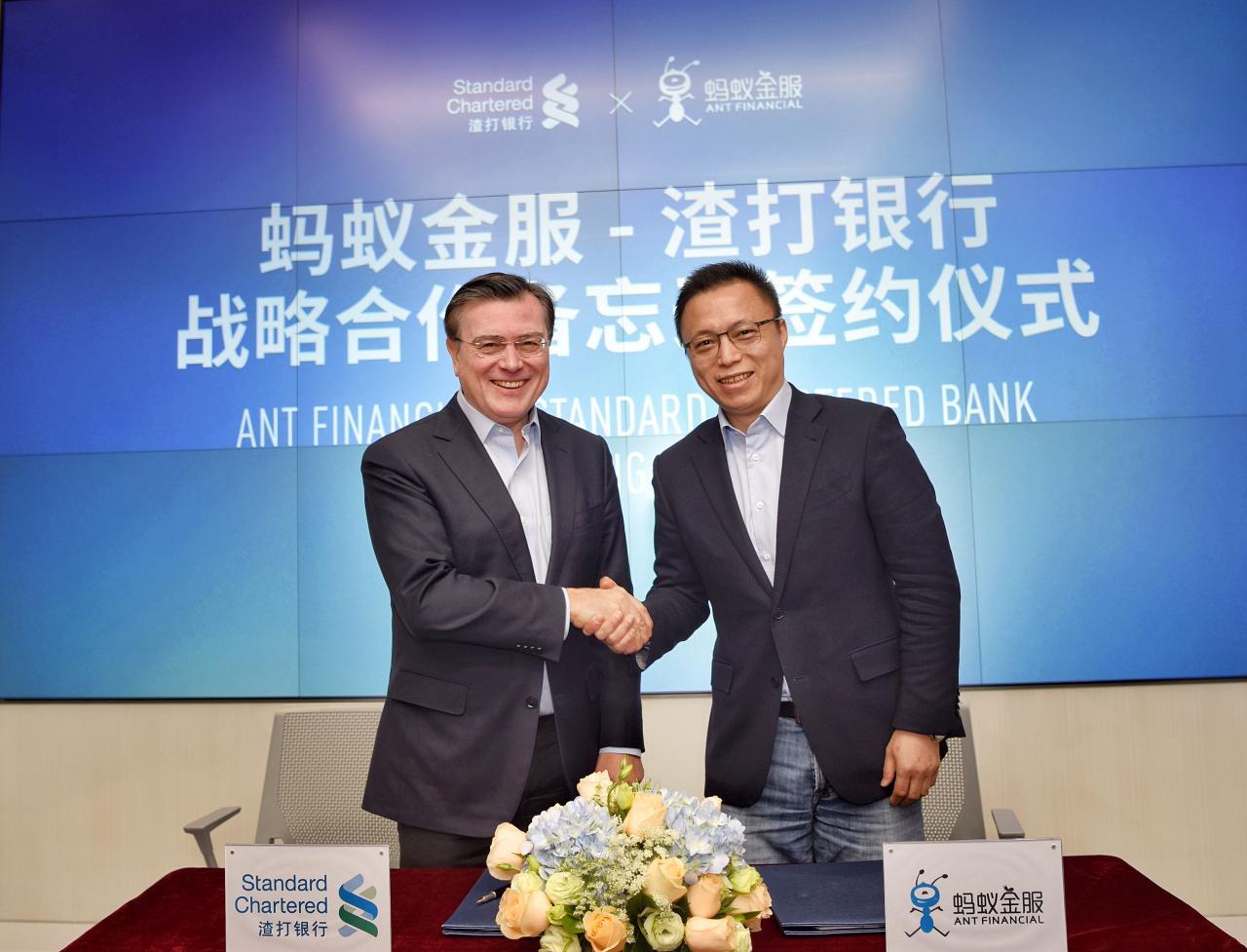 (左)渣打集團董事會主席韋浩思和(右)螞蟻金服首席執行官井賢棟