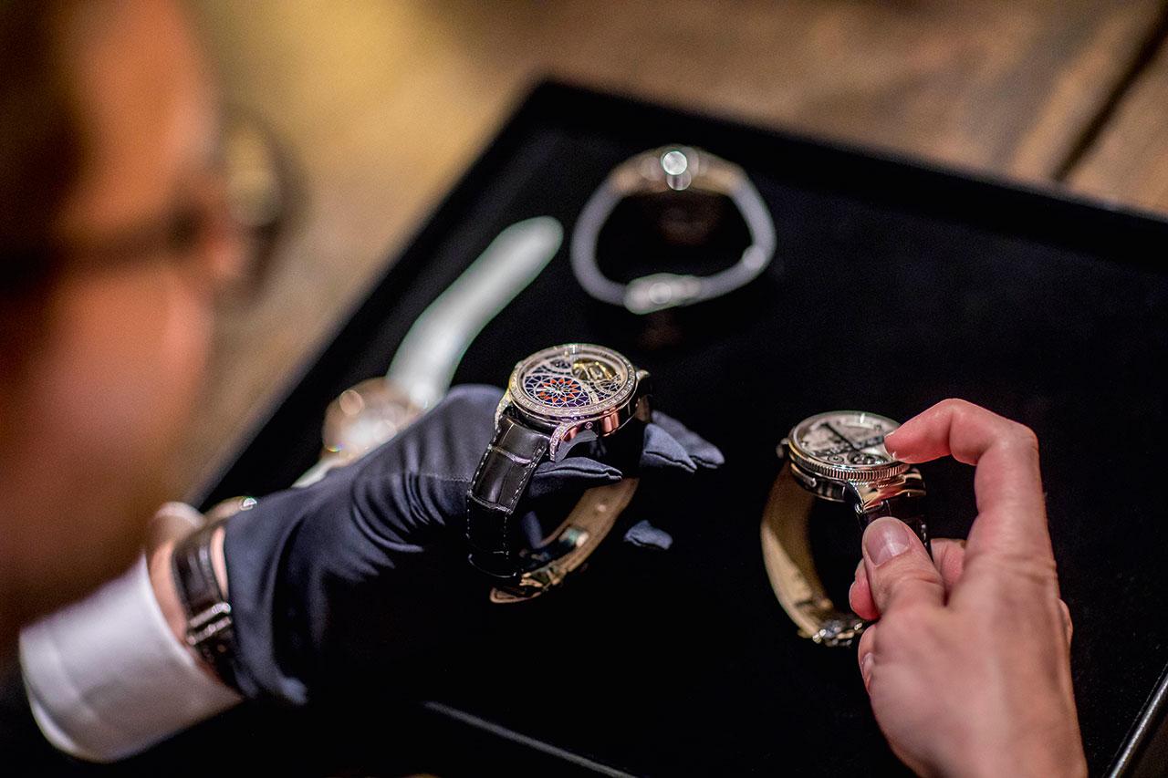 場中展出超過數十種名貴的腕錶,由專家親自仔細解說。