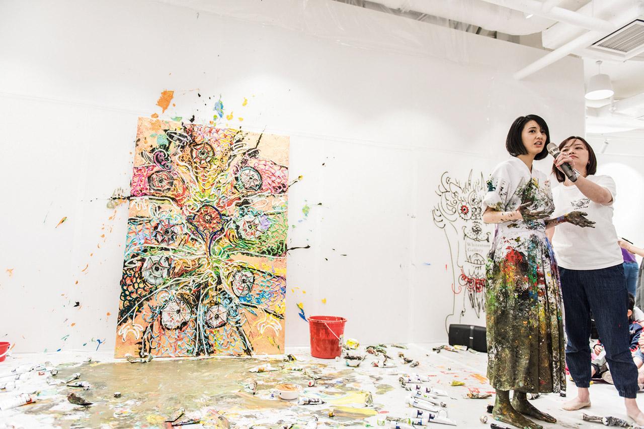 日本年輕藝術小松美羽與白石畫廊合作,創作即興作品。
