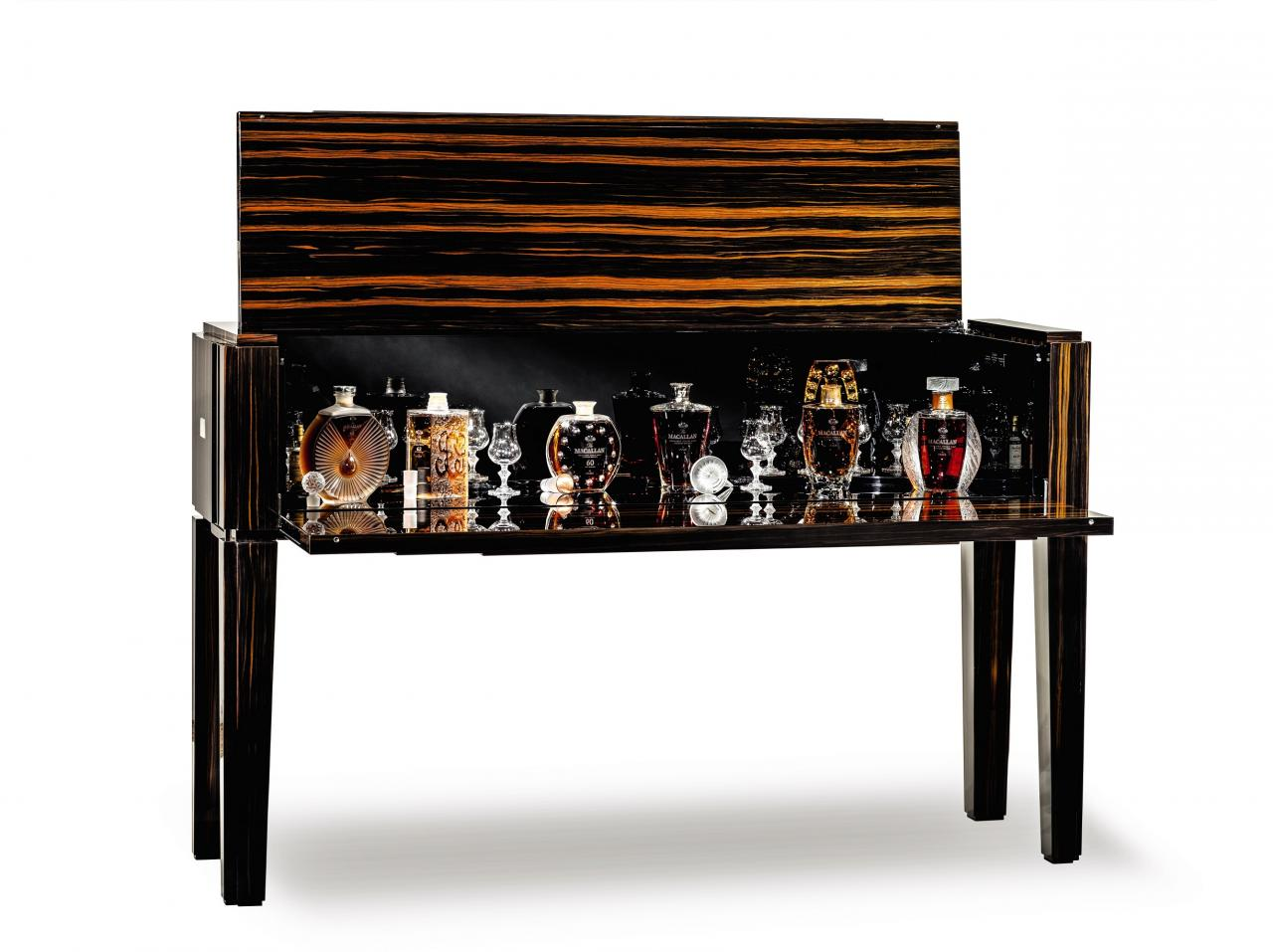 「The Macallan in Lalique——鑒賞珍傳版」以987,994美元於香港蘇富比成交,創下「單項威士忌拍品」世界拍賣紀錄。