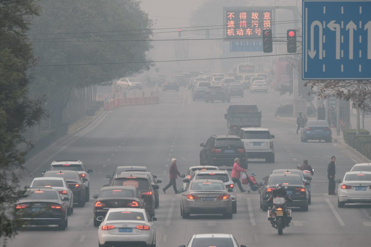 中國北方入冬,北京、河北一帶初嚐今年秋冬季以來最嚴重的一次大氣重污染。