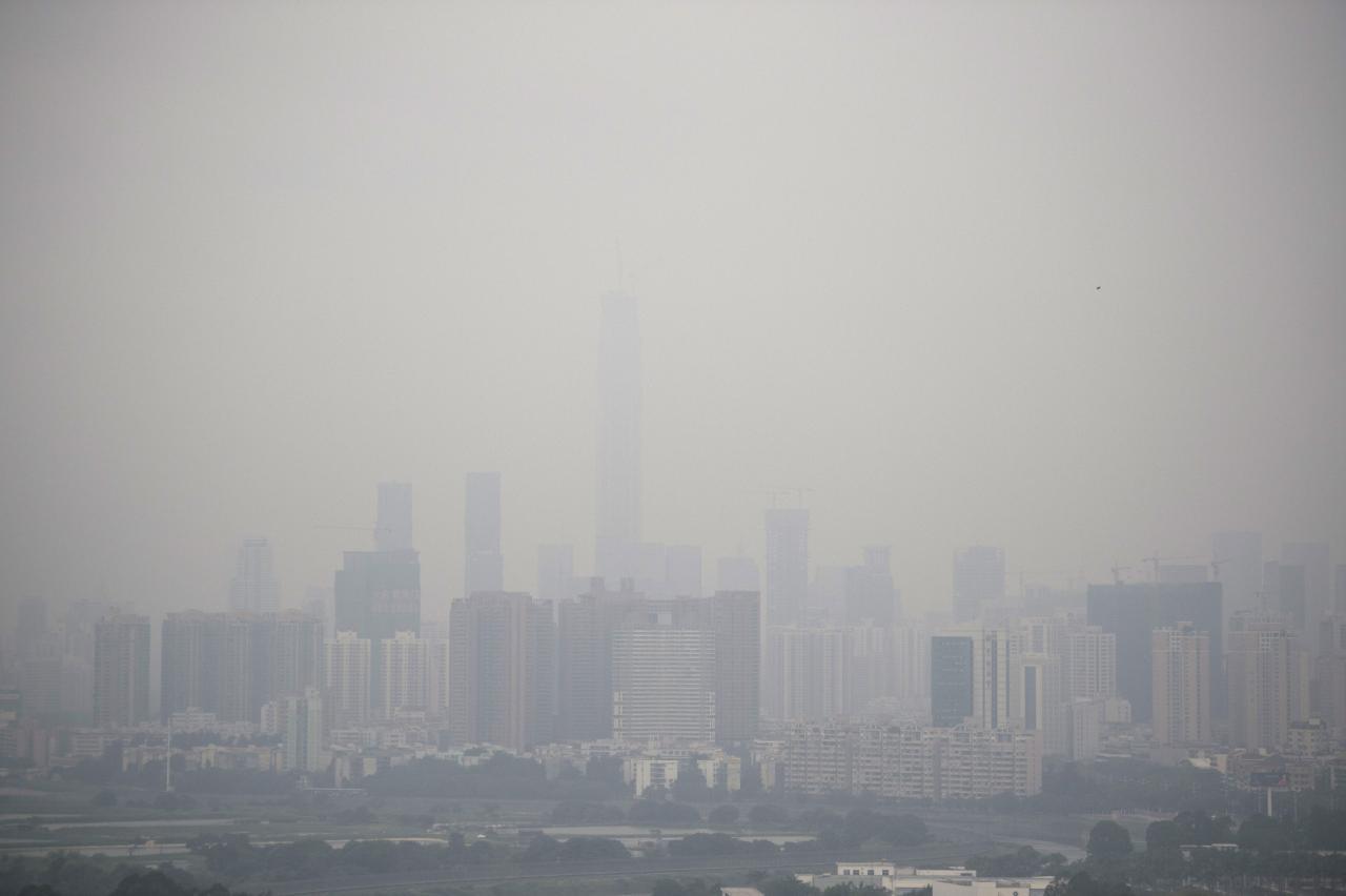 珠三角一帶工廠多,近年冬天時亦有出現霧霾的情況。