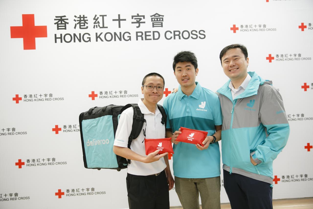 (左起)戶戶送送餐專員吳偉傑、戶戶送送餐專員何家滿、戶戶送香港區營運部主管鄭咏灝。
