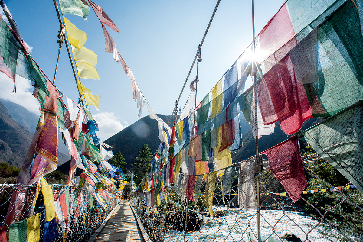 充滿濃厚的藏傳佛教文化,五彩經幡到處可見。