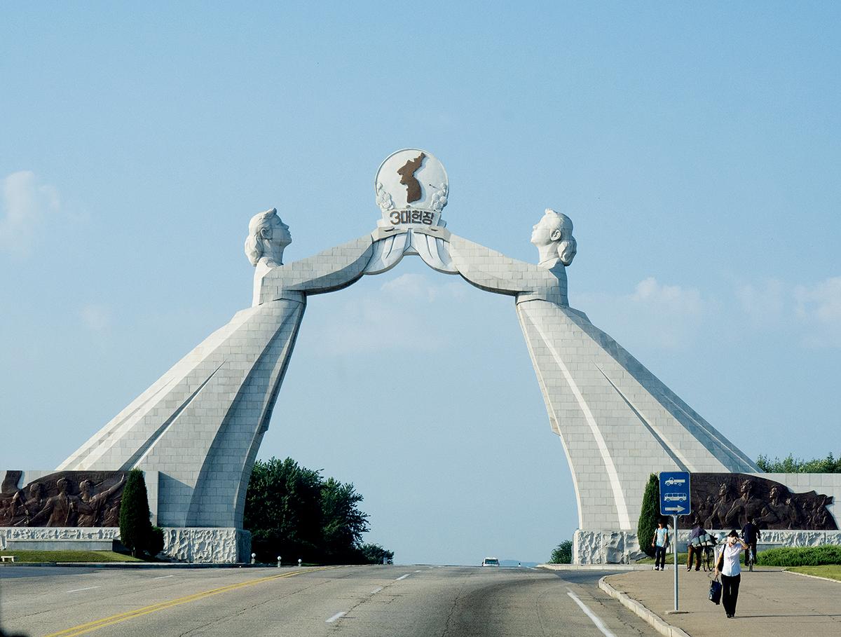 祖國統一三大憲章紀念碑位於平壤郊區,貌似一道拱門,象徵著韓國與朝鮮最終實現統一的願望。