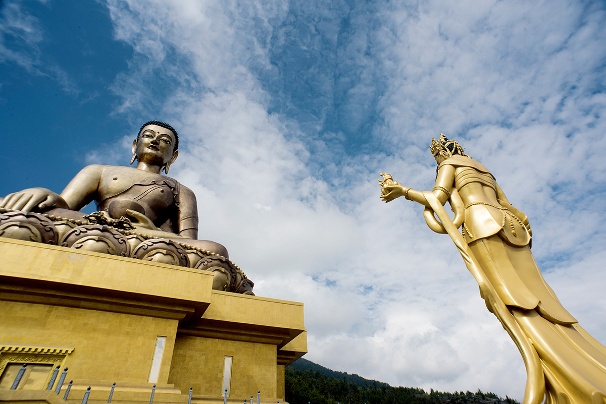 在廷布有一座廷布大佛屹立在山中,鍍金釋迦牟尼佛高52米,裡面還供奉了12萬5千座鍍金小佛像。