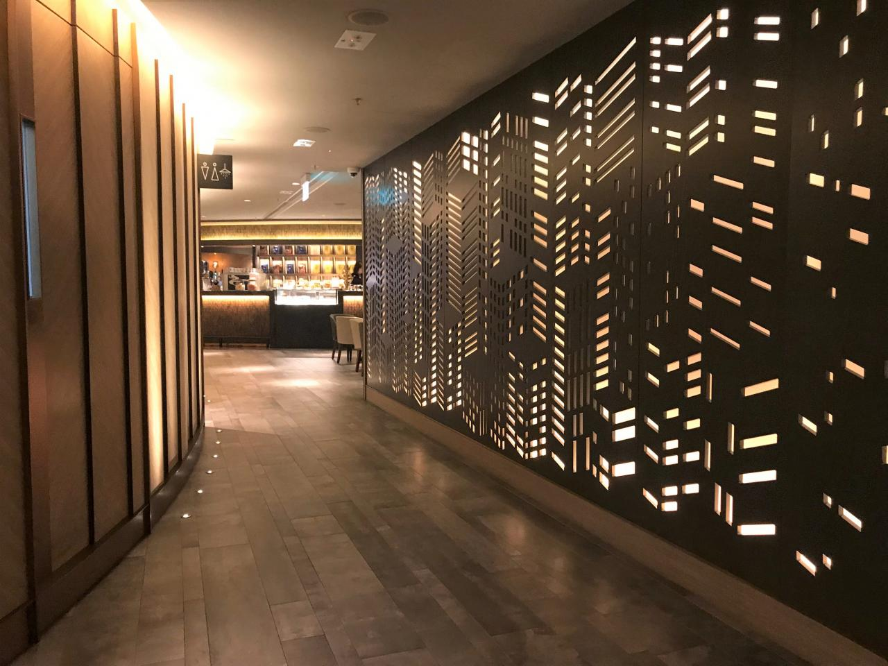 從酒吧至餐廳中間的長廊,隱約透視另一番景致,從設計中散發幻想中的綠洲氛圍。