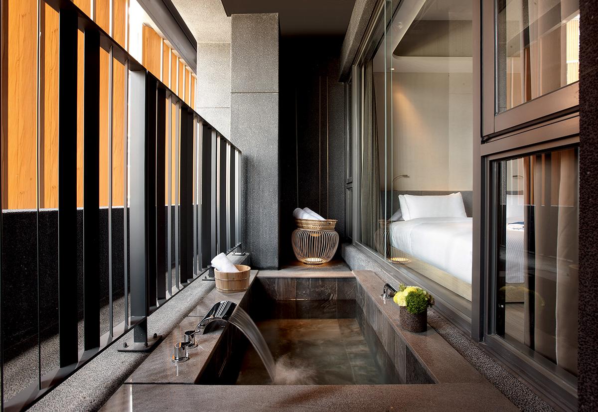 晶泉丰旅客房中的雙人景觀湯池。