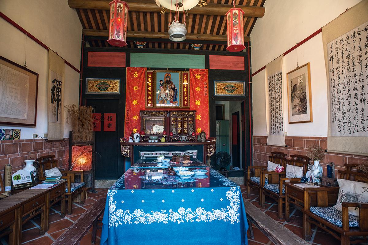 吃早餐的地方其實是古厝的主大廳,顏湘芬說古厝的擁有人經常會回來拜神及向祖先上香。