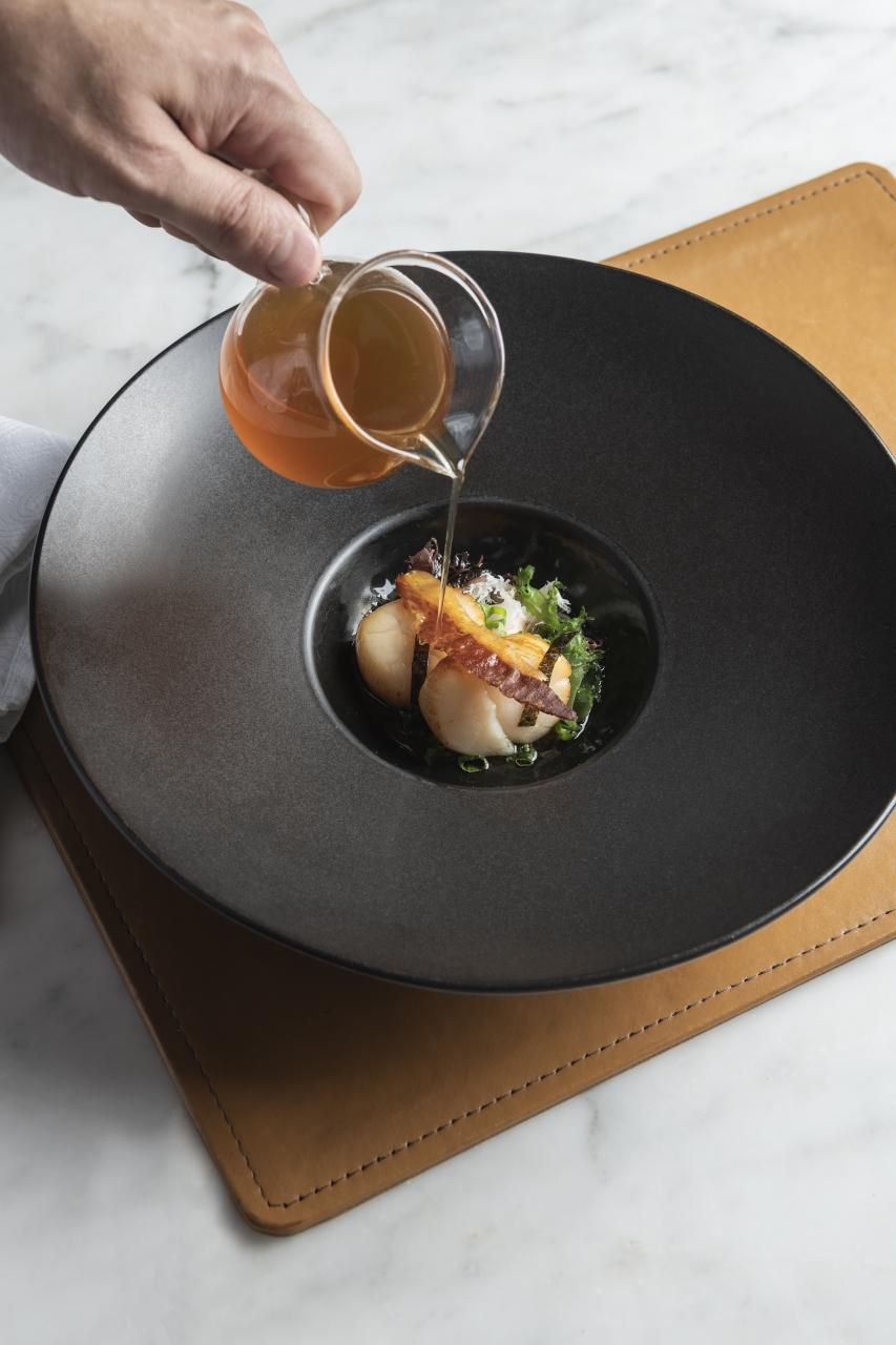 Scallop Ceviche & Dashi Broth:大廚選用龍蝦拑、龍蝦肉、北海道帶子及三文魚子,並以清新的卡曼橘汁醃製龍蝦和帶子刺身,令海鮮的鮮味更為突出。