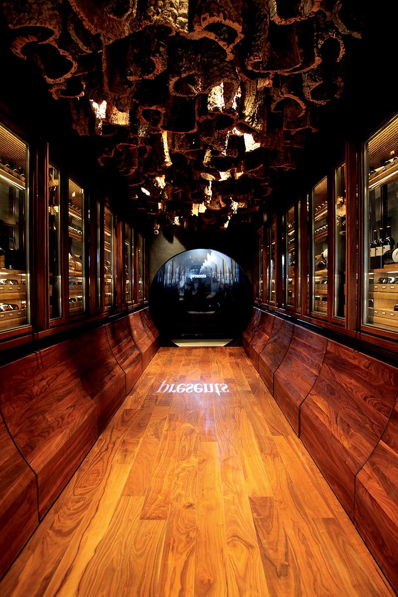 FINE+RARE Home Hong Kong中的酒窖一攝:以木色調的隧道作設計,在兩旁陳列多支不同價格佳釀。Patrick稱,當中有低至數百元的酒品,令新入門的年輕收藏家也有能力負擔。