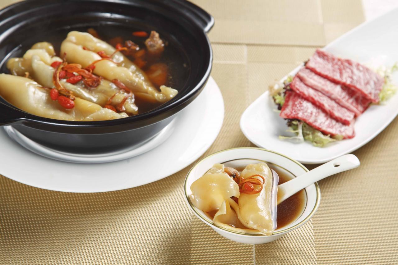 招牌花膠滋補養生鍋配和牛片:燉湯清甜滋潤,花膠扒非常厚身,份量十足,而且口感軟腍,膠質豐富,再加上鮮嫩的和牛片,為味蕾帶來無限滿足。
