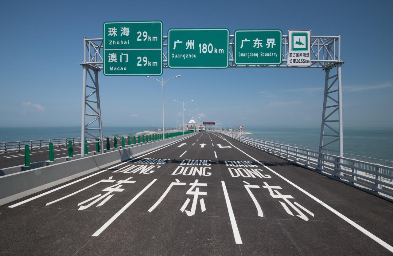 港珠港大橋通車,既通三地交通,也創旅遊標記。