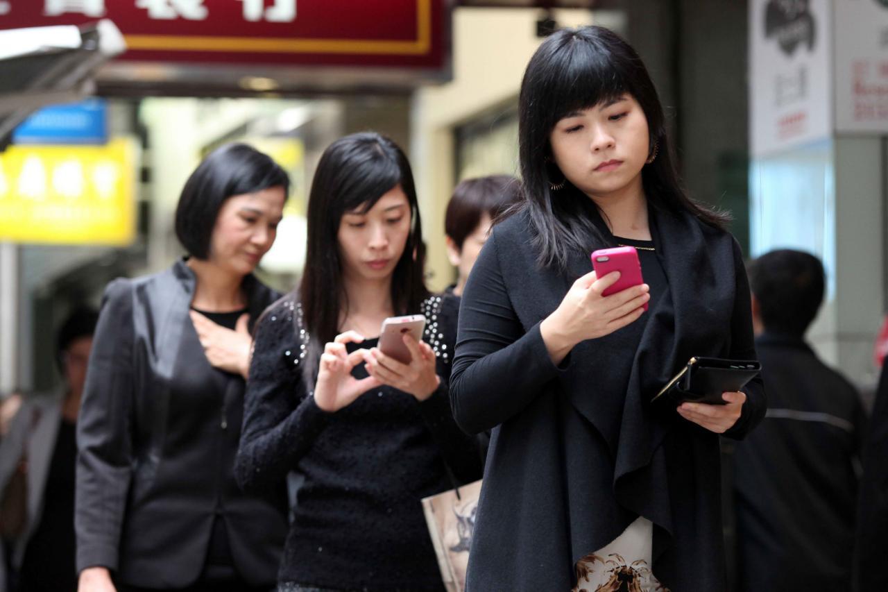 香港人使用手機購物的比例,仍較其他地區低。