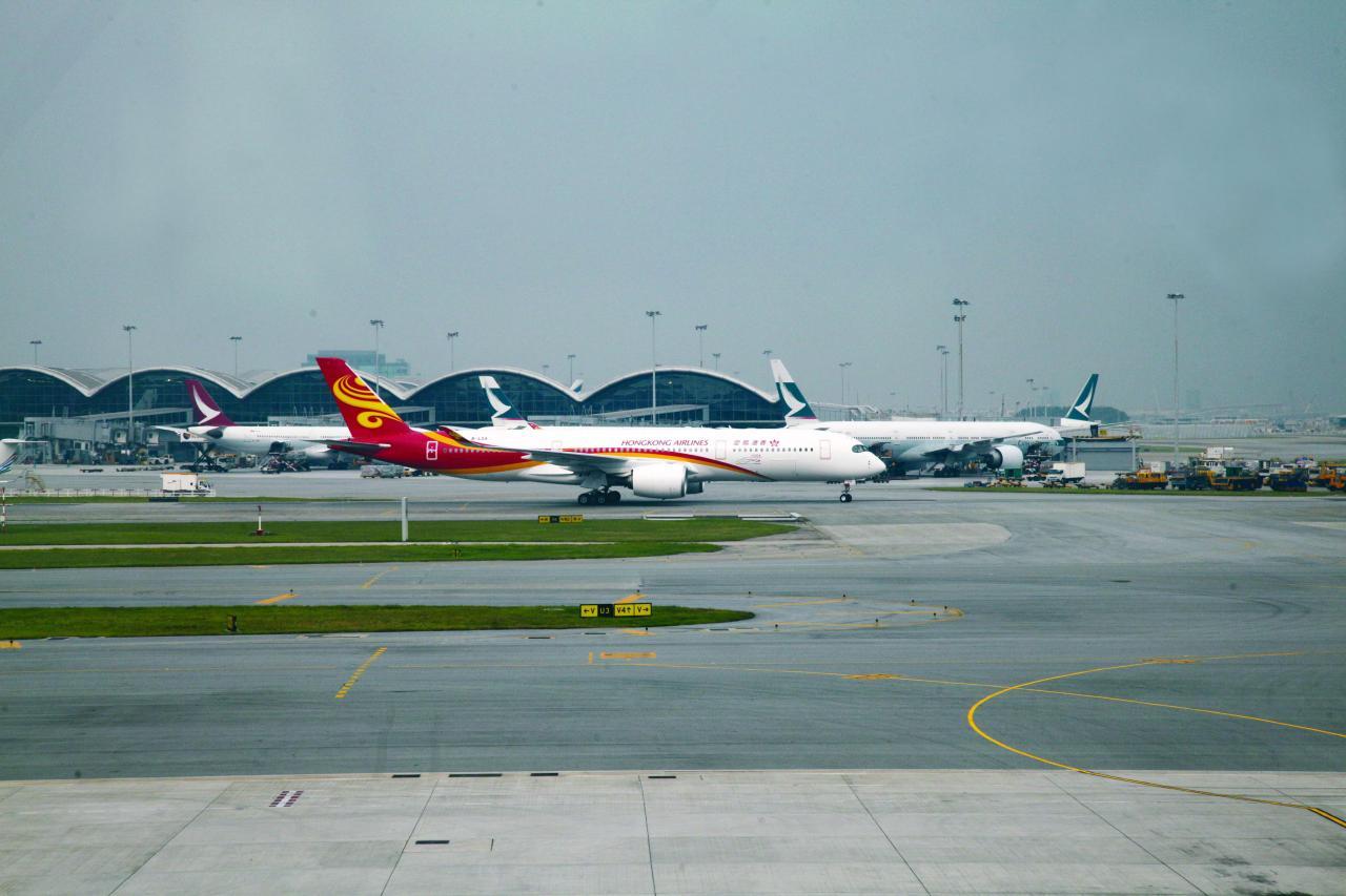赤蠟角機場亦曾被批評開支過大。
