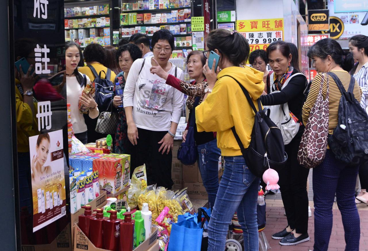 去年11月份零售業總銷貨價值中,甚受自由行旅客歡迎的藥物及化妝品按年升12.5%。