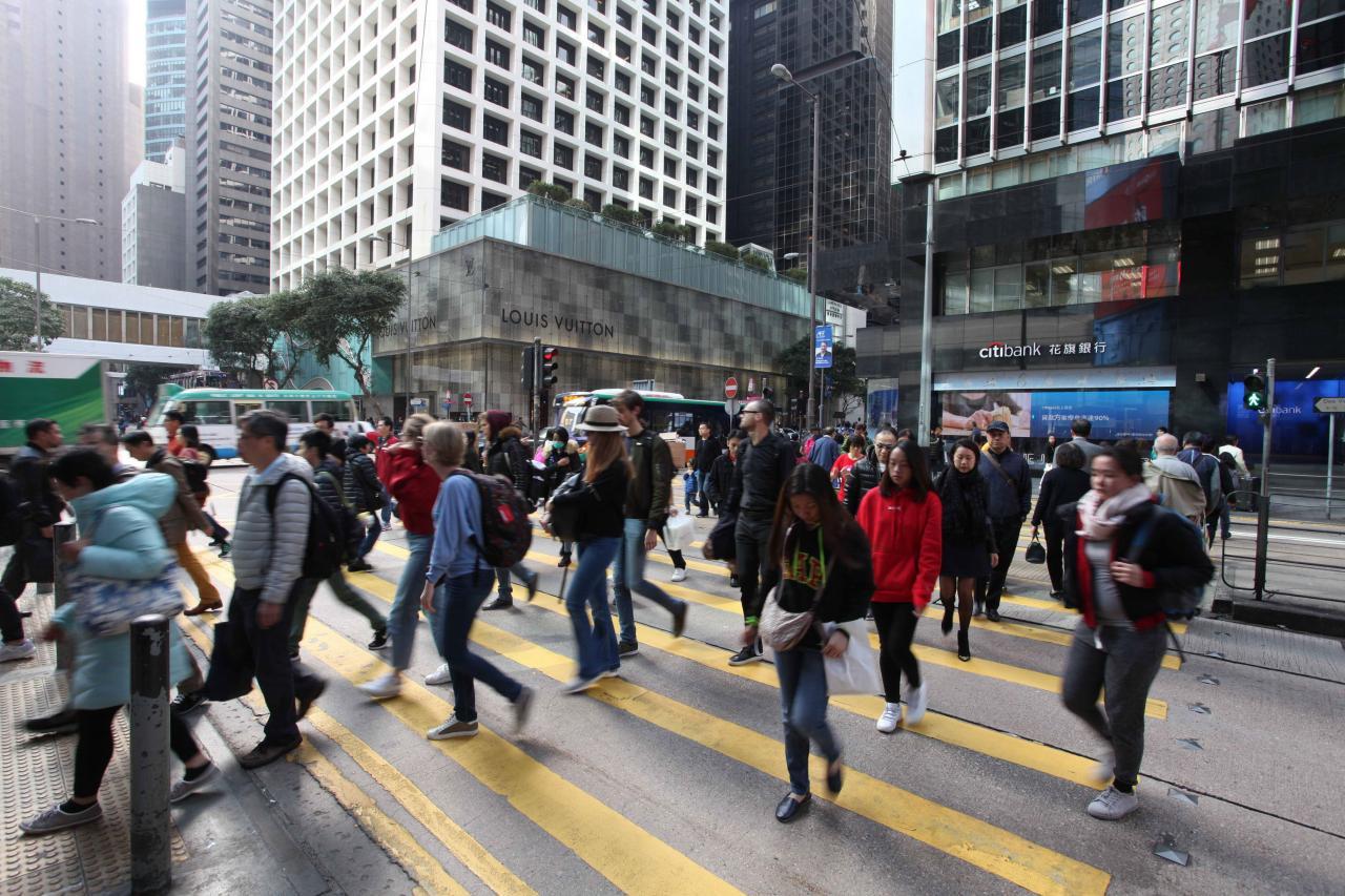 香港去年向新加坡抄橋減稅,希望增加競爭力。