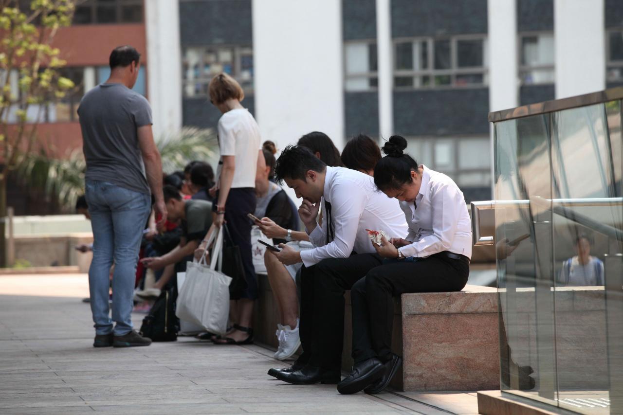 本港智能手機普及率極高,有助發展OTT業務。
