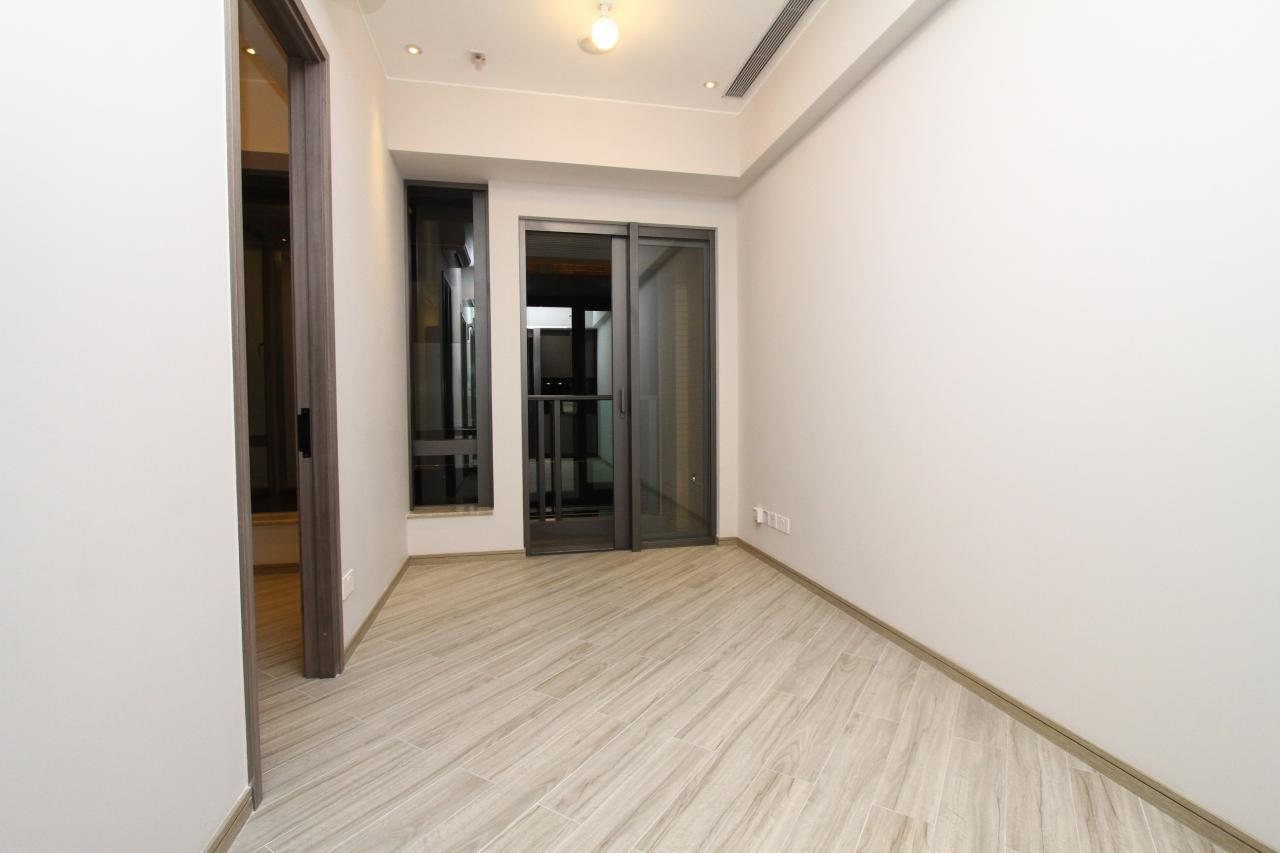 項目單位不設窗台,且層與層之間的高度普遍約10呎4吋。