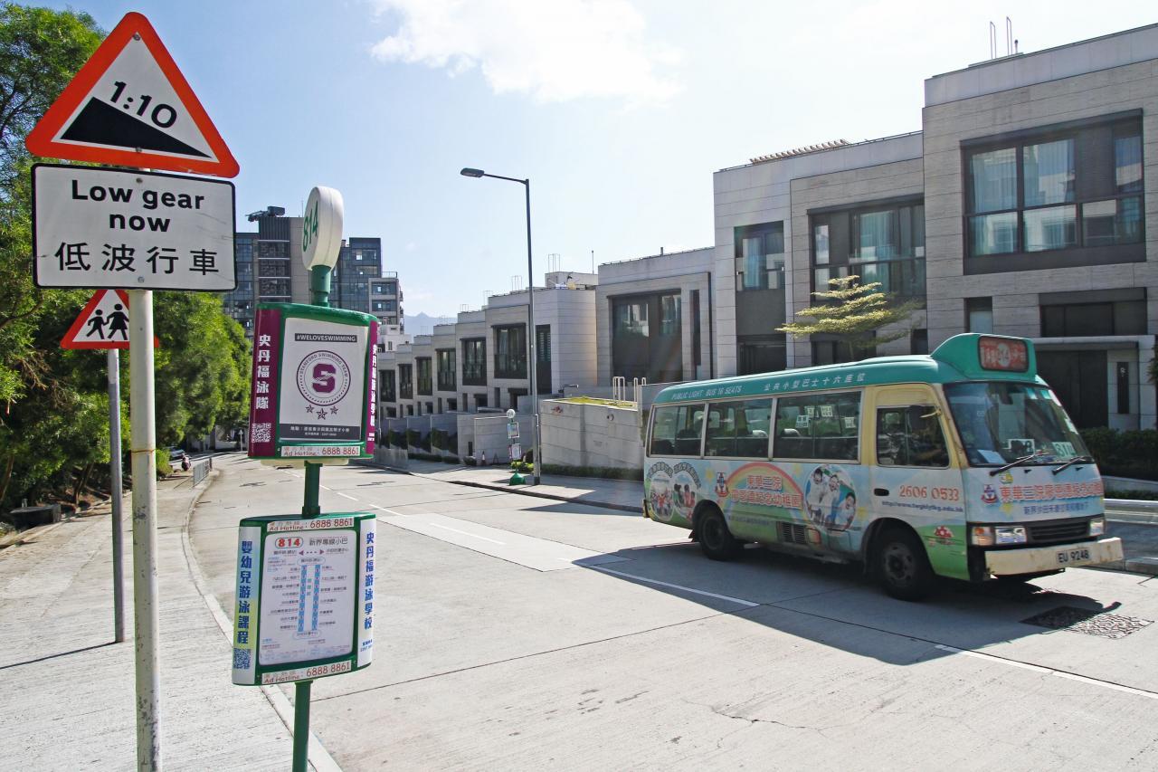 目前只有814號專線小巴循環來往麗坪路及沙田。