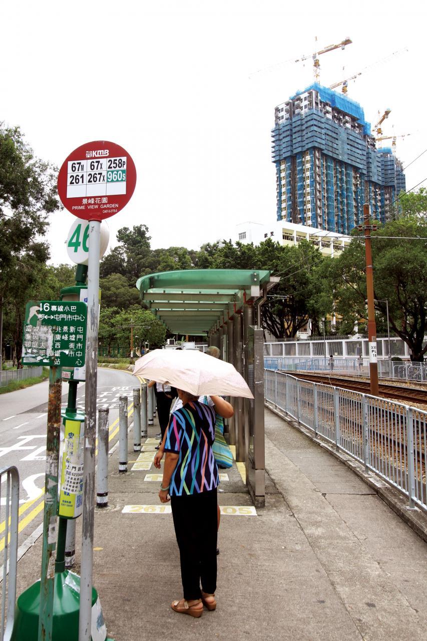 屋苑鄰近有學校及公園,更有巴士及小巴站,交通方便。