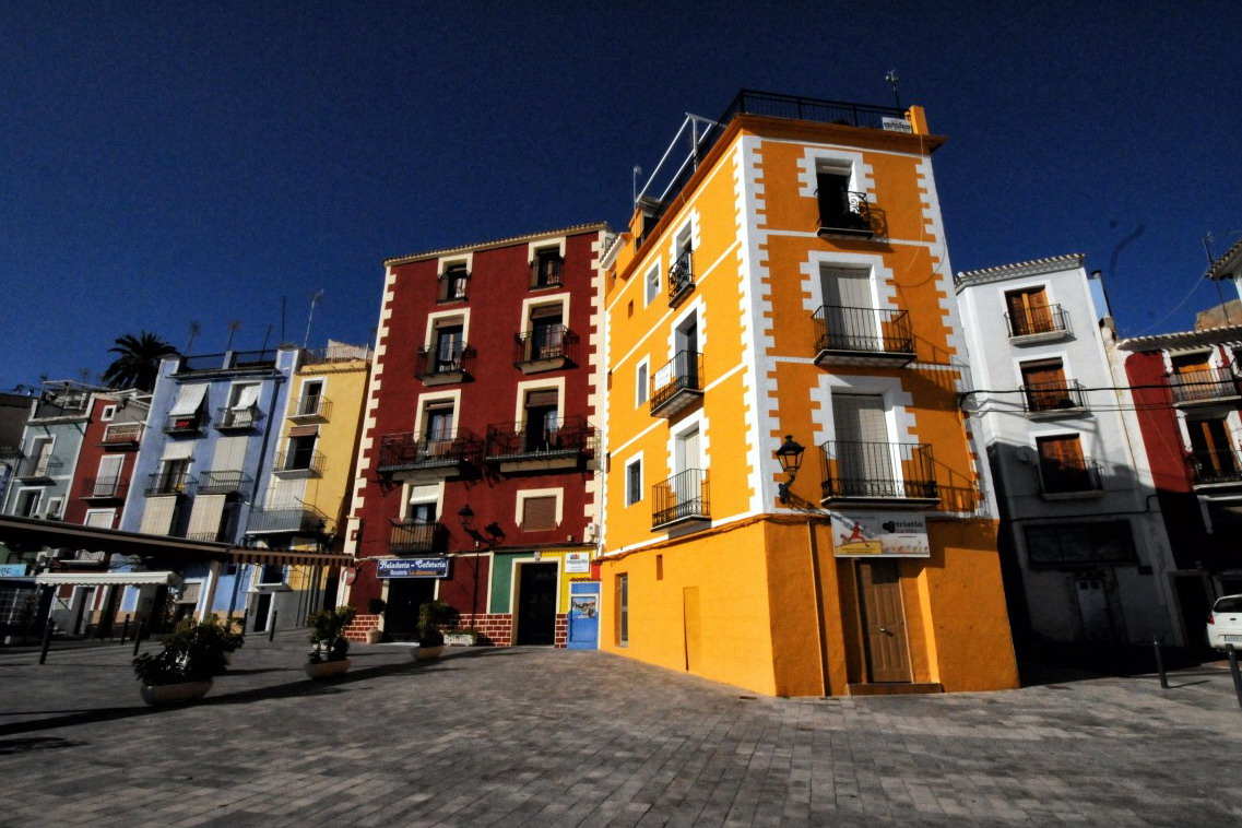 置業移民需購置不低於50萬歐元的房產,地段和房產類型不限制,只要完成房產交易,拿到地契,就可以順利拿到西班牙居留證。
