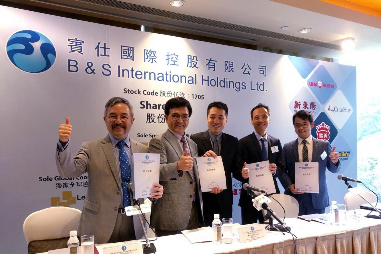 陳錦泉稱(左二),公司未來還將引入新的零售品牌,同時亦會開設更多零售。