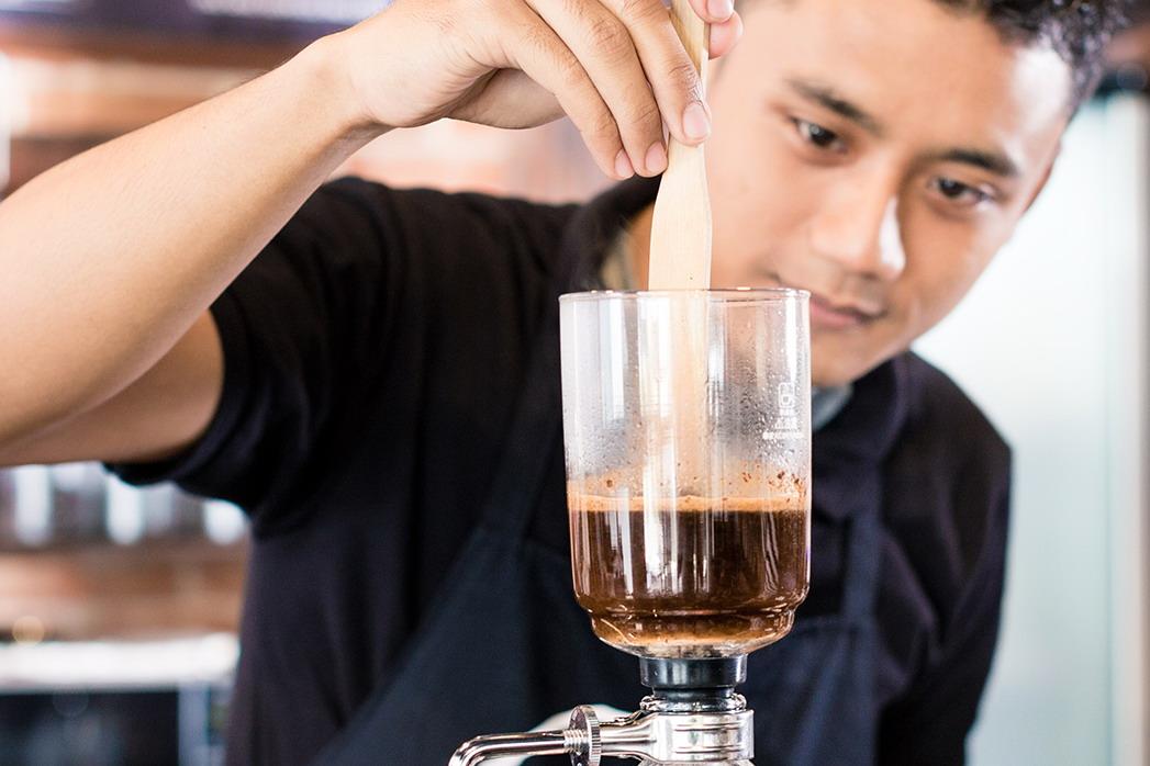 二○一六年捷榮出售的咖啡可製作成每年二點四四億至三點二五億杯咖啡。