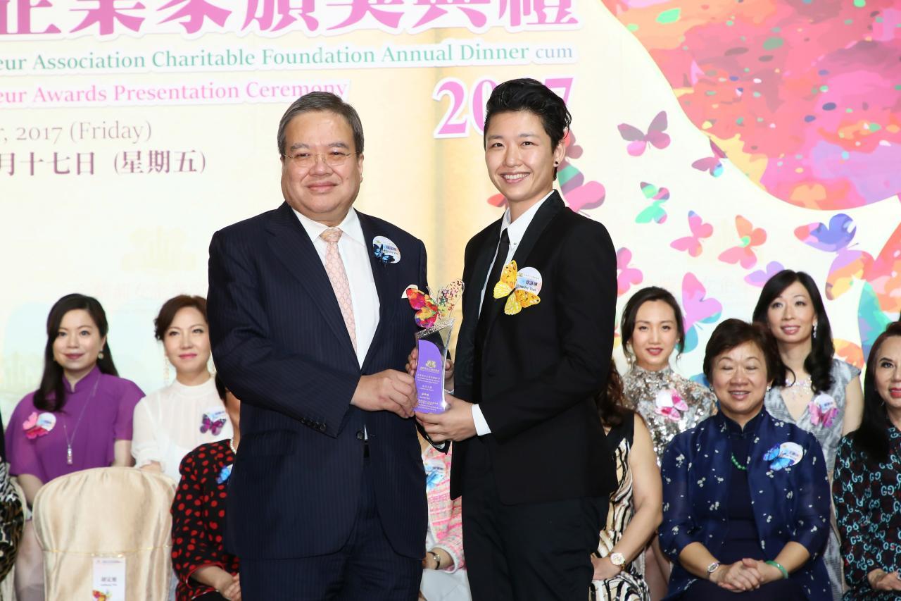 全國政協常委及香港總商會理事胡定旭教授,GBS,JP頒發「金紫荊女企業家獎2017- 非凡大獎」予徐詠琳女士。